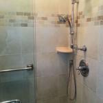 Shower,_Tile_shower_with_neutral_decorative_tile_border_fs